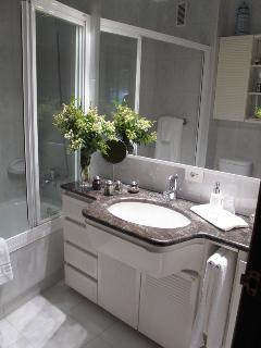 cuarto de baño,con secador de pelo,servicio de toallas limpiasy productos de higiene personal