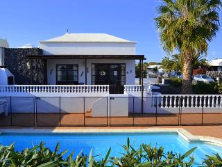 Villa Stephanie, Los Calamares, Playa Blanca - 5 minutes walk to beach & town.