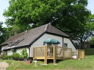 Hillview cottage - indoor heated pool, fishing lake, close to sandy beaches