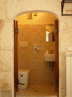 Natural stone framed En-suite to master bedroom.