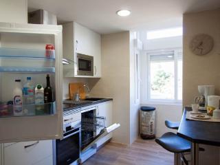 Cocina con nuevo microondas, lavavajillas y horno