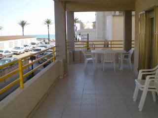 Ref 20.- Apartamento con gran terraza, céntrico y al lado de la playa, con pkg