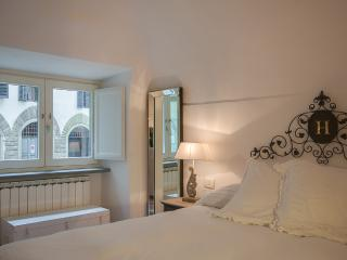 Exclusive Florentine studio apartment in city's Oltrarno district, internet available, Florencia