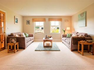 Seagrass Cottage - Relax in this spacious lounge