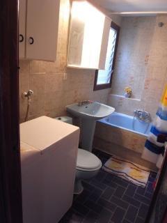 cuarto de baño con bañera, lavabo, inodoro y bidet