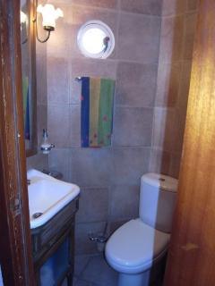 cuarto de baño en el  segundo dormitorio con ducha, lavabo y inodoro