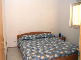 Camera matrimoniale con armadio a fondo letto
