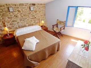 CASA LARES - Casa de aldea típica y tranquila, Ribadumia