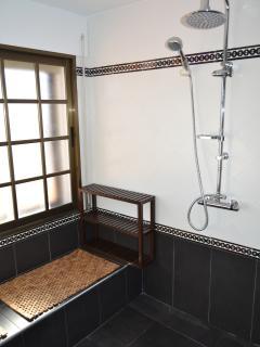 Interior de la ducha. Ducha totalmente antideslizante y renovada por completo en diciembre de 2013