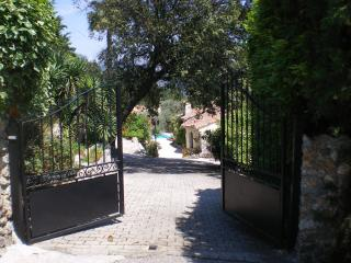 Drive through the electric gates to your Provencal dream!