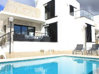 Casa Calida villa 5 bedr 3 bathr in a quiet area with private pool