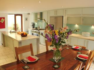 Sillwood Road House - Town House for Weekend Breaks or Family Holidays