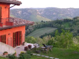 il panorama: coi monti Sasso Simone e Simoncello e la veduta di Tavoleto.