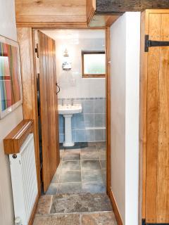 Cloakroom/entrance hall leading into the bathroom