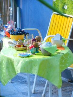 le petit déjeuner sur la terrasse ensoleillée
