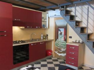 Cucina attrezzata con gas, forno, frigorifero,congelatore e lavabo