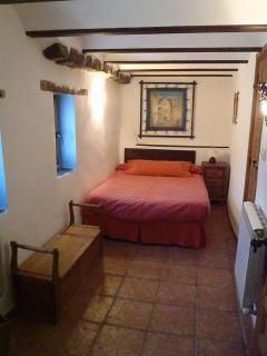 Dormitorio individual, cama de 120cm y aseo con ducha en la misma habitación