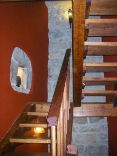 Los diferentes pisos se comunican por una cómoda escalera