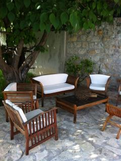 sofas under the big tree, 6 places