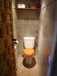 Cuarto de inodoro junto al baño