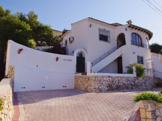 3 bedroom villa with PRIVATE POOL in Moraira. Great views, Wifi and UK TV