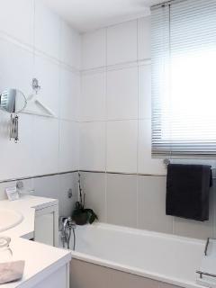 Suite chambre DIANE : salle de bains - sèche serviettes  - sèche cheveux