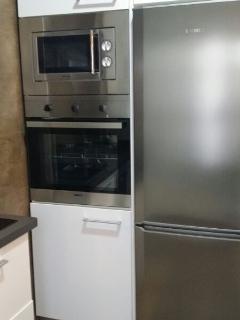 Frigorífico, congelador, horno y microondas.