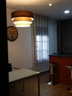 Vista del salón y cocina.
