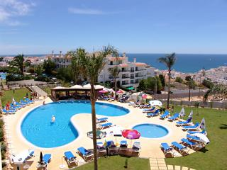 Spacious apartment with large balcony & ocean view 300 m from Albufeira old town