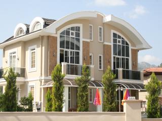 Lal Residence, Icmeler