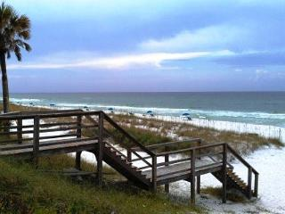 Sand Pebbles 3, just across the street from the beach!, Destin