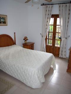 Main bedroom has double bed and en suite wc, shower