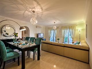 Spacious Lounge & Formal Dining
