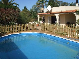 Spacious Villa with Private Pool & Large Gardens, Burgau