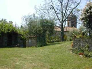 Charming, traditional Tuscan farmhouse with three bedrooms, private pool and secure parking, Lucca