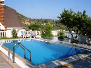 BEST BUNGALOW in City Center with Private Pool, Kusadasi