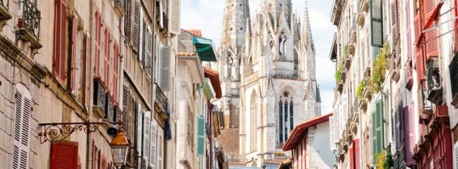 Rue port neuf, et la cathédrale. Quartier médiéval: s'y promener, s'y perdre.