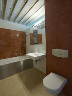 Bathroom with bathtub, wash basin and toilet