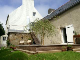 La longère, les terrasses et la maison d'hôtes, vues du jardin.