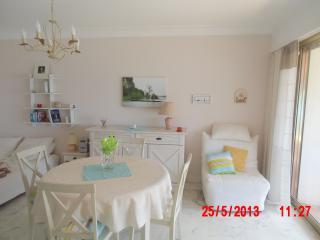 séjour avec 3 couchages, BZ 2 places et BZ 1 place, table ronde +4 chaises, télé écran plat, wifi