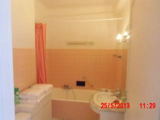 salle de bain: baignoire, lavabo, wc et meubles de rangement