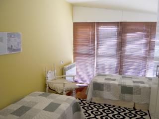 Habitación con dos camas individuales.