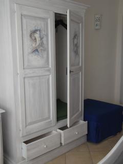l'armadio dipinto della camera blu del B&B Villa Sprafundu a La Maddalena