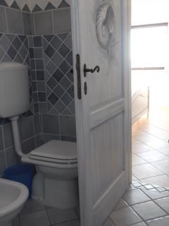 il bagno della camera blu al B&BVILLA SPRAFUNDU a la Maddalena