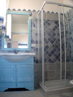 il bagno blu della camera blu del B&B VILLA SPRAFUNDU A LA mADDALENA