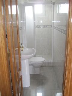 Baño, en la planta baja con ducha