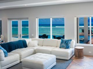 Luxury Beachfront Villa w/ Pool/Spa Present Moment, Bodden Town