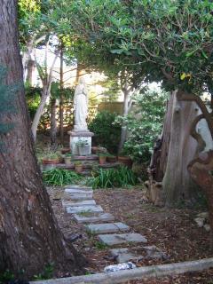 luogo di culto con statua della Madonna