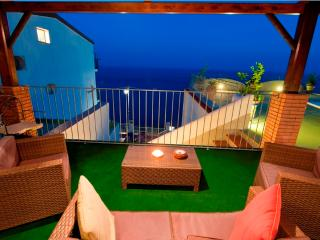 Romantic, cosy appartamento Rosso, walking distance to town, sea view, wifi