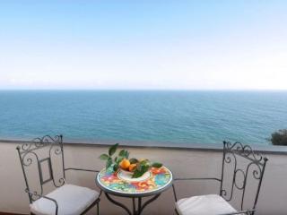 Romantic, cosy appartamento Rosso, walking distance to town, sea view, wifi